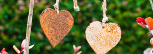 Rostige Deko-Herzen an Schnüren im Garten
